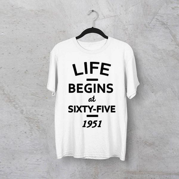 חולצה מודפסת לגבר ״Life Begins At״